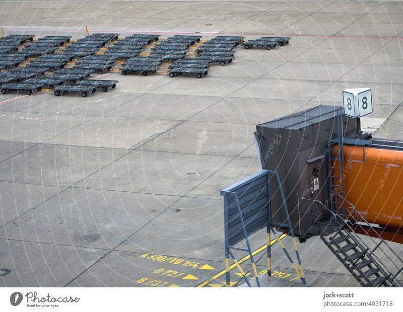 Container Dollys am Gate 8 Fluggastbrücke Flughafen Bodenmarkierung authentisch Linie Betonplatte Zahl Bereich TXL Gangway Flugplatz Bay Flughafen Berlin-Tegel