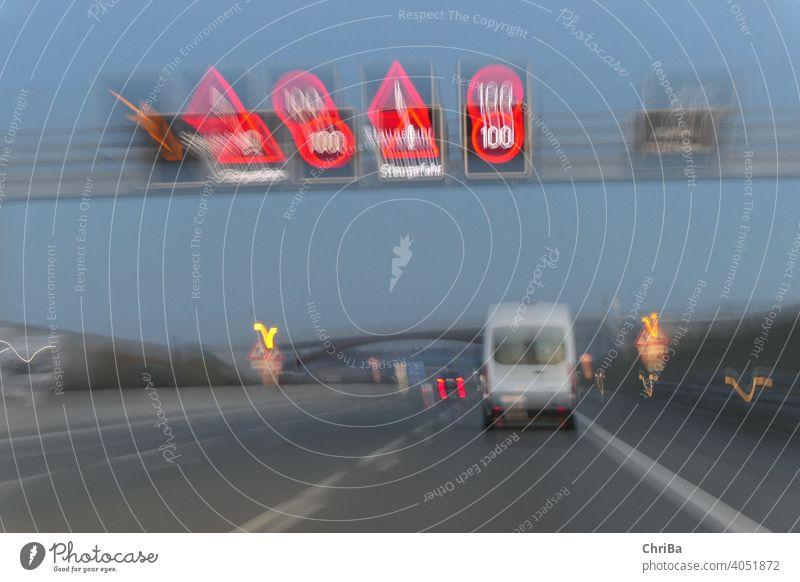 Schilder zeigen Staugefahr auf der abendlichen Autobahn an lzb lichter Schilder & Markierungen Warnung Warnhinweis Hinweisschild Warnschild Farbfoto