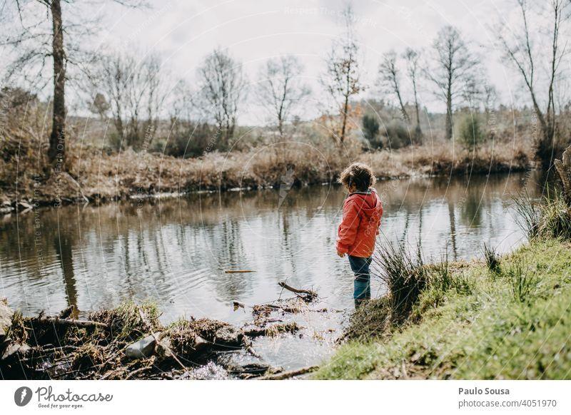 Nettes Mädchen am Flussufer Kind Kindheit 1-3 Jahre Farbfoto Kaukasier Natur authentisch Glück Freude Außenaufnahme Spielen Fröhlichkeit Mensch Leben Tag