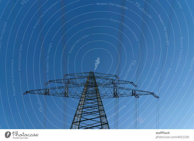 Überlandleitung Hochspannungs Strom Mast Gittermast vor blauem Himmel Strommast Hochspannungsleitung Hochspannungsmast Hochspannungskabel Hochspannungsmasten
