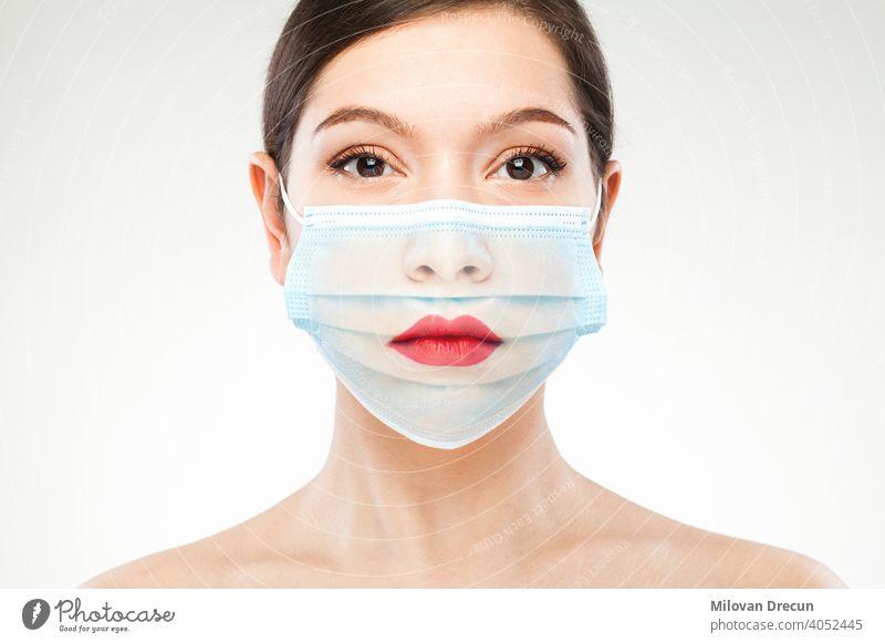 Schöne kaukasische junge Frau Headshot trägt transparente medizinische Gesichtsmaske covid-19 Coronavirus durchsichtig Mundschutz Porträt Mode Kunst Konzept