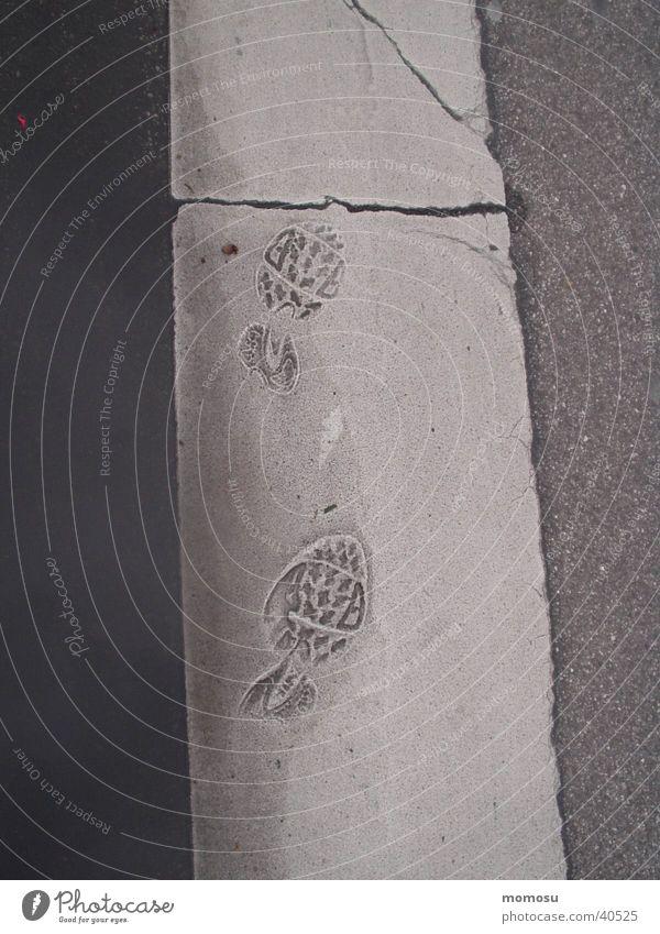 ein schritt zu früh Straße Asphalt Spuren Fußspur Fußgänger Übergang Zebrastreifen Fußgängerübergang