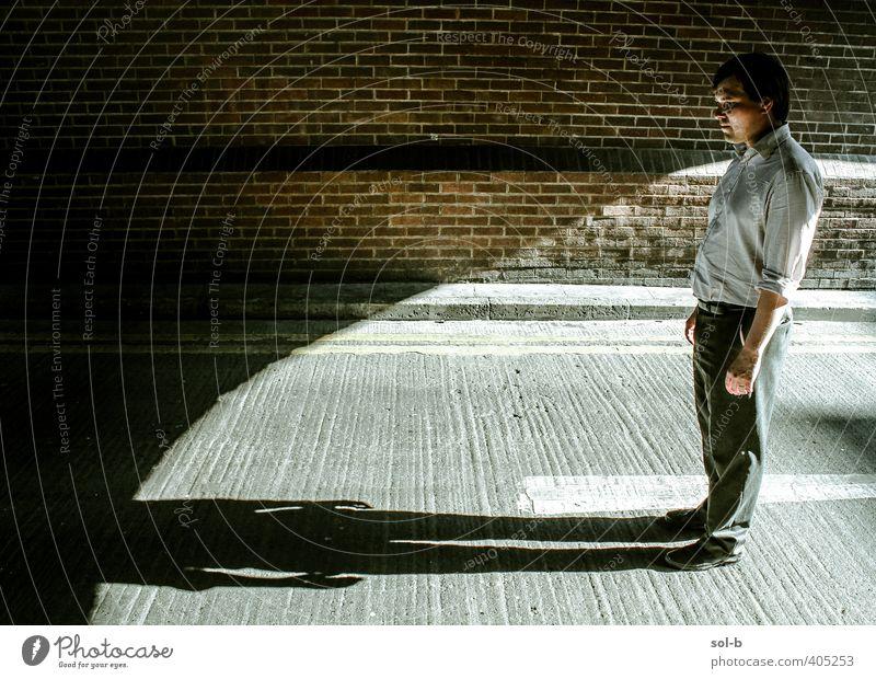 NCH | Schatten Arbeit & Erwerbstätigkeit Arbeitslosigkeit Mensch maskulin Mann Erwachsene 1 30-45 Jahre Mauer Wand Backstein bedrohlich dunkel Stadt Wut trotzig