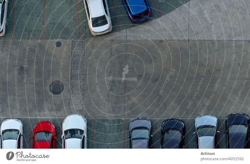 Draufsicht Beton-Autoparkplatz. Luftaufnahme von Auto geparkt auf Parkplatz der Wohnung. Außenparkplatz mit leerem Platz. Einweg-Verkehrszeichen auf Straße. Oben Ansicht außerhalb Auto-Parkplatz.