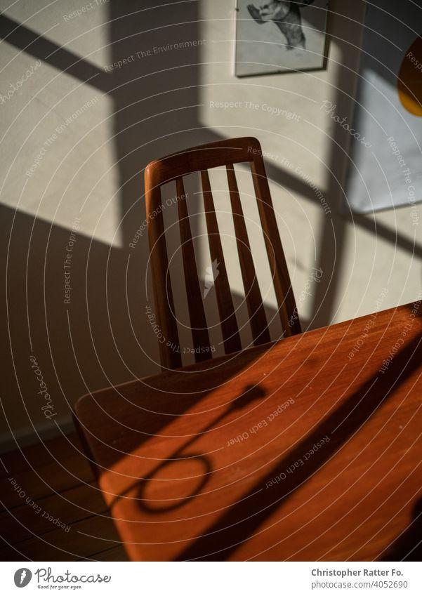 Ein Stuhl in der Sonne Stimmung Licht Berlin Epidemie Lockdown Pandemie Farbfoto Sonnenlicht Erholung Tourismus Gelassenheit Postkarte Romantik Hintergrundbild