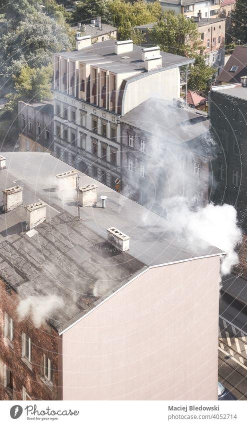 Luftaufnahme des Brandes eines alten Stadthauses in Szczecin, Polen. Feuer Rauch Haus Gebäude Großstadt Antenne Gefahr Angst Versicherung Unfall giftig Ansicht
