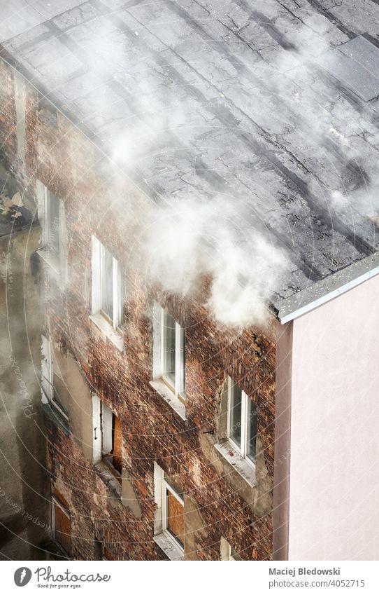 Brand eines alten Stadthauses, Ansicht von oben. Feuer Rauch Haus Gebäude Großstadt Antenne Gefahr Angst Versicherung Unfall giftig wohnbedingt Risiko
