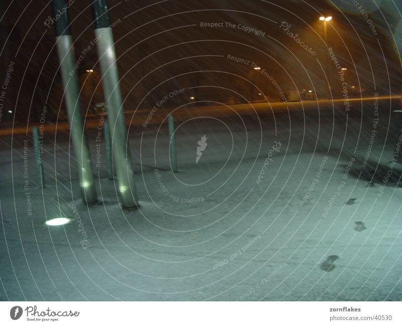 Letzter Schnee Fußspur Neonlicht Platz Verkehr Wind