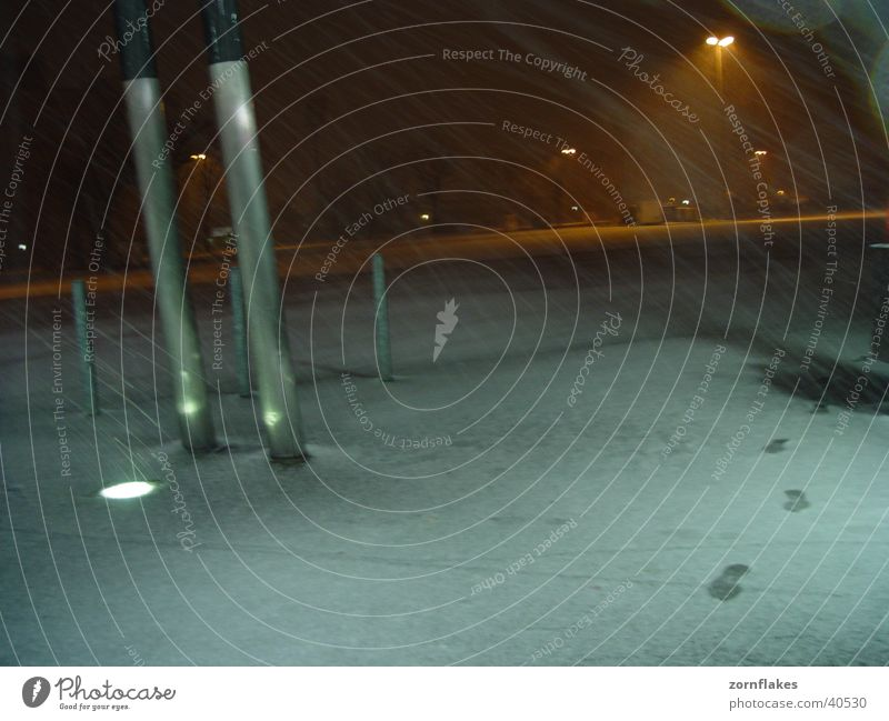 Letzter Schnee Wind Verkehr Platz Fußspur Neonlicht
