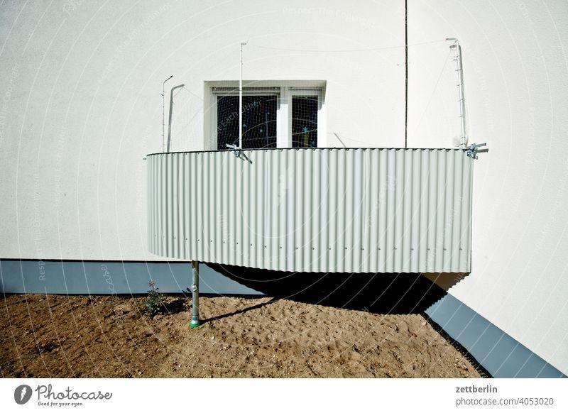 Innerstädtisches Wohnen mit Balkon altbau außen brandmauer fassade fenster haus himmel himmelblau hinterhaus hinterhof innenhof innenstadt mehrfamilienhaus
