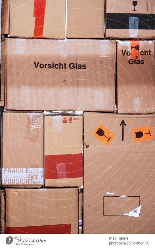 Stapel von Pappkartons - Vorsicht Glas! Zerbrechlich! Karton Kartons Kartonstapel Verpackung Verpackungsmaterial Innenaufnahme menschenleer Umzug Umzugskartons
