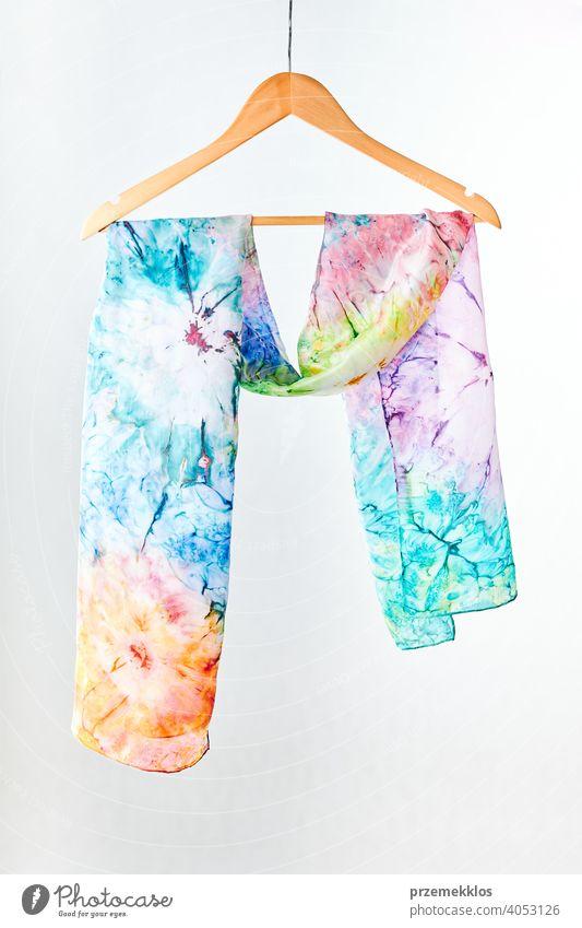 Silk bunten Hand gemalt gebundenen Schal auf weißem Hintergrund setzen. Frau Mode, einen Schal zu binden, tragen einen Schal. Stilvolle Wege zu binden und tragen Schals