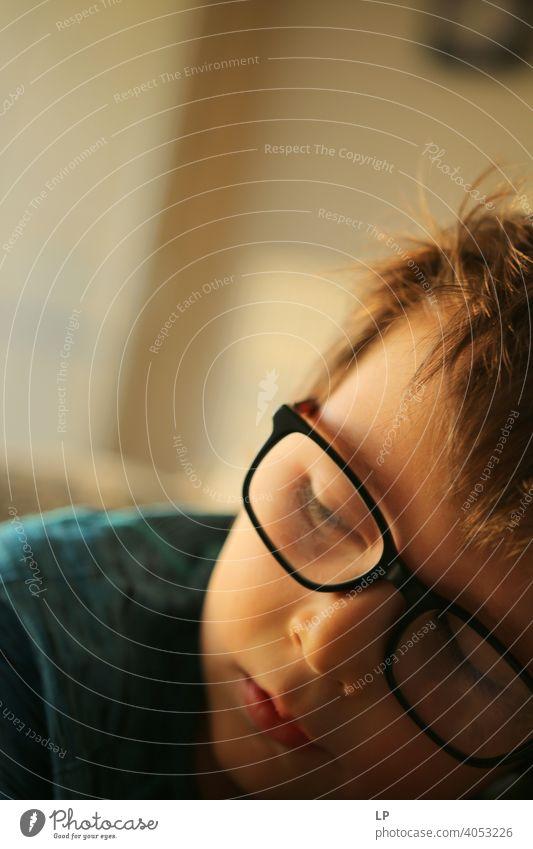 Brillenträgerkind Sicherheit Seuche Quarantäne zuhören Musik Familienzeit Technik & Technologie Vernehmung Erholung aussruhen entdeckend erkennen