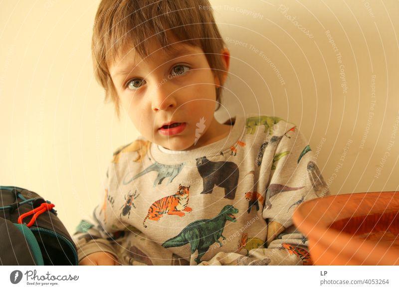 schönes Baby schaut sehr ernst in die Kamera verwirrt ratlos skeptisch Skepsis Zweifel hestitate Unsicherheit Verwirrung Kindheit Realität Experiment innovativ