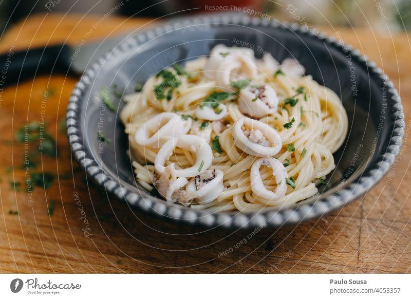 Spaghetti mit Tintenfisch Spagettiträger Spätzle Italienisch Italienische Küche Knoblauch Petersilie Lebensmittel Gesundheit trocknen Nahaufnahme Zutaten
