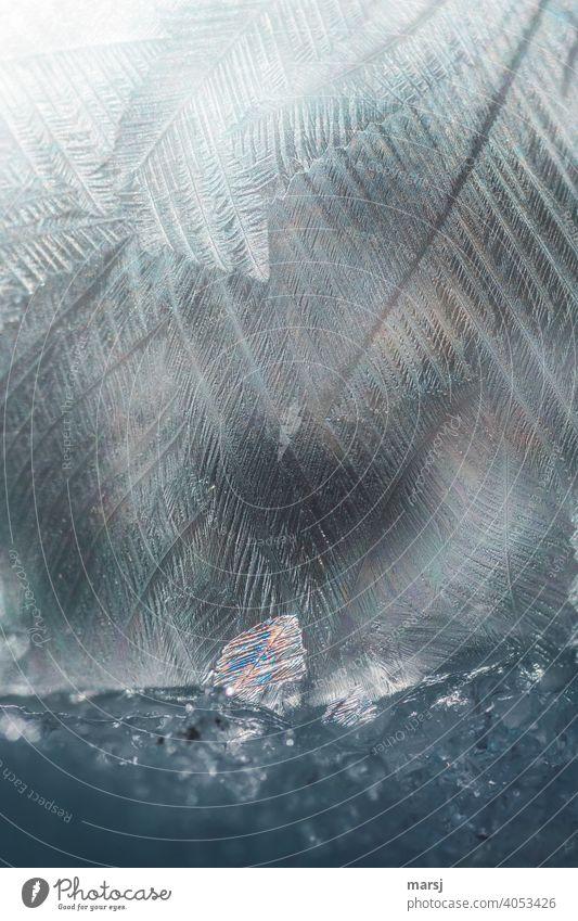 Wenn am Fuße einer gefrorenen Seifenblase sich ein kleines, buntes Kristall, ins Scheinwerferlicht stellt. Kristallstrukturen Eiskristall einzigartig kalt Kraft