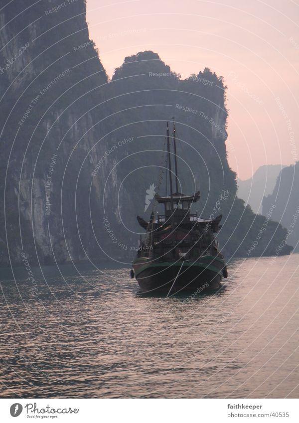 Halongbucht Meer Berge u. Gebirge Wasserfahrzeug Asien Vietnam