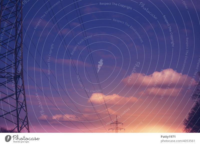 Hochspannungsstrommasten im Abendrot Strommast Stromtrasse Elektrizität Leitung Hochspannungsleitung Außenaufnahme Energie Technik & Technologie Kabel Himmel
