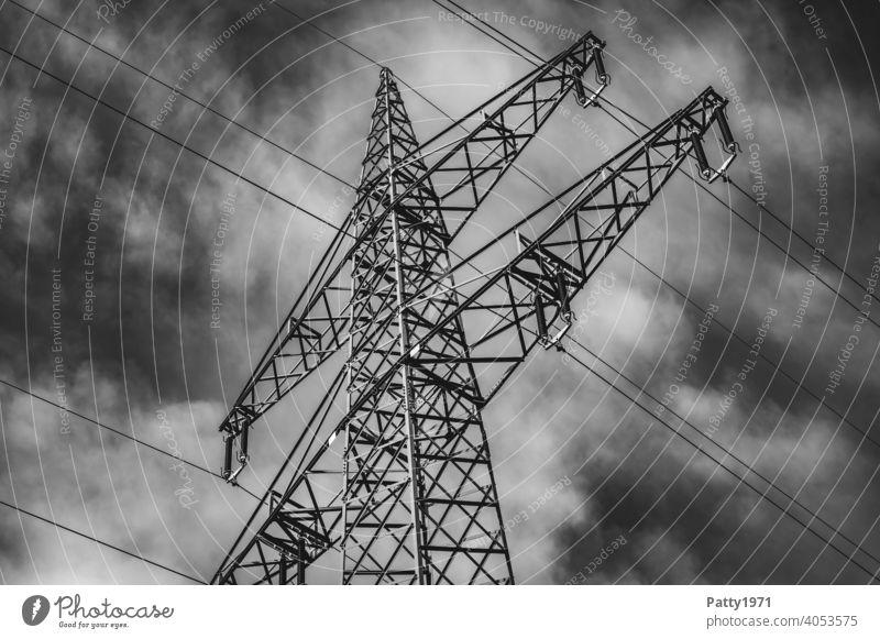 Strommast vor dramatischem Wolkenhimmel s/w Aufnahme Elektrizität Energiewirtschaft Himmel Kabel Industrie Hochspannungsleitung Technik & Technologie Leitung