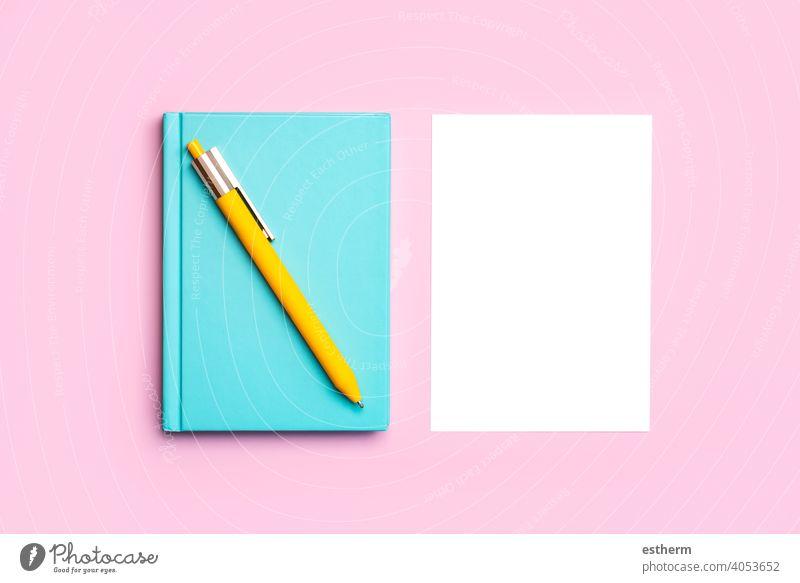Arbeitsbereich Schreibtisch mit blauen Notizblock, gelben Stift und weißes Papier mit Kopie Raum Hintergrund Schreibpapier Bleistift Attrappe Rahmen Gedächtnis