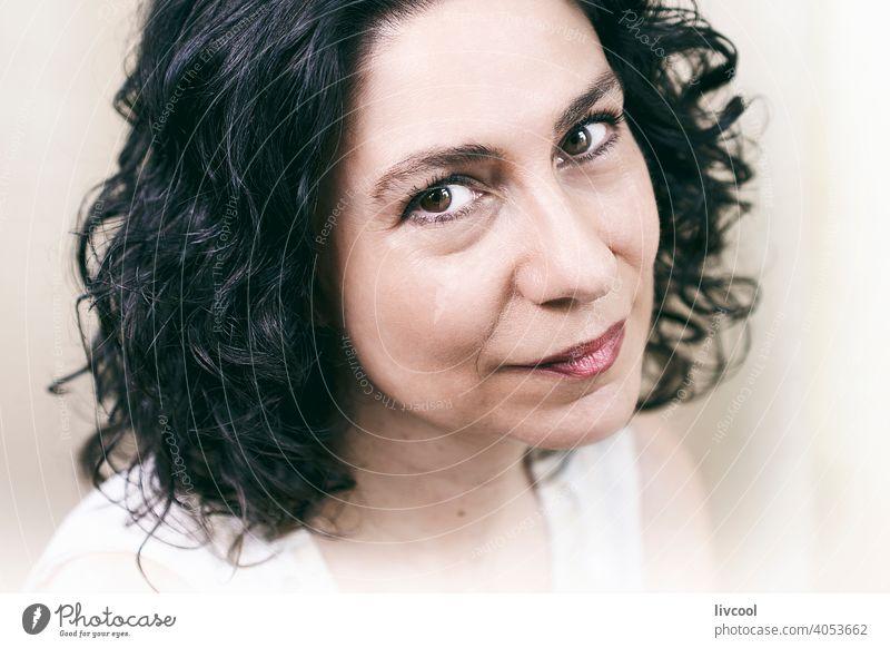 Lächeln einer Frau in ihrer Reife brünett Kräusel Sommersprossen Schönheit reif Porträt echte Menschen Lifestyle attraktiv Licht Stein Ring Hand Nägel cool
