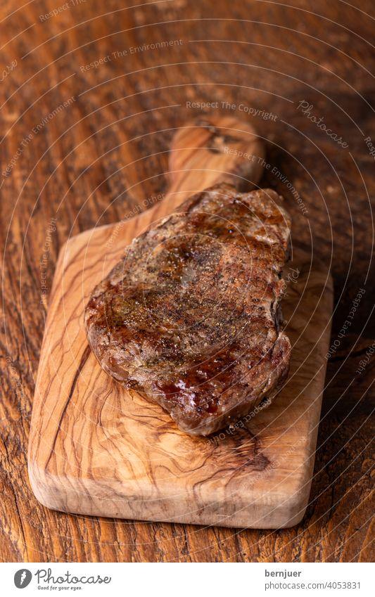 gegrilltes Steak auf Holz Rindersteak Grillsteak Vintage Medium Pfeffer Rindfleisch Schneidebrett Gourmet oben Sirloin Brett Filet Fleisch Hintergrund Rosmarin