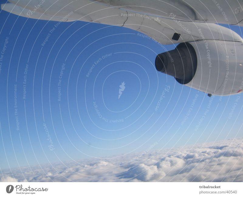 Flight001 Wolken Triebwerke Luftverkehr Blauer Himmel Graffiti Kontrast