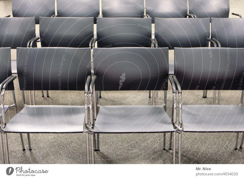 leere Stuhlreihen sitzen Stühle Sitzgelegenheit Sitzreihe frei Bestuhlung Platz Reihe Veranstaltung Publikum Strukturen & Formen Konzert Saal grau silber