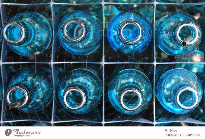 Eightpack Glas Glasflasche Behälter u. Gefäße blau Blauton mehrere Küche Mineralwasser Getränk leergut Durst Erfrischungsgetränk wasserkasten trinken