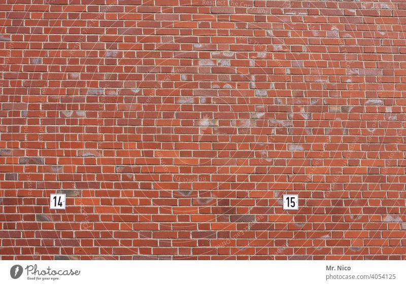 14 und 15 Ziffern & Zahlen Nummer Schilder & Markierungen Wand Mauer Fassade Backsteinwand markierung rot information Schriftzeichen Ordnung Ordnungsliebe