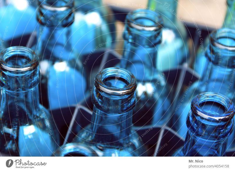blaue Glasflaschen Mineralwasser leergut wasserkasten Durst Behälter u. Gefäße Blauton Flasche durchsichtig Flaschenhals Getränk trinken Trinkwasser