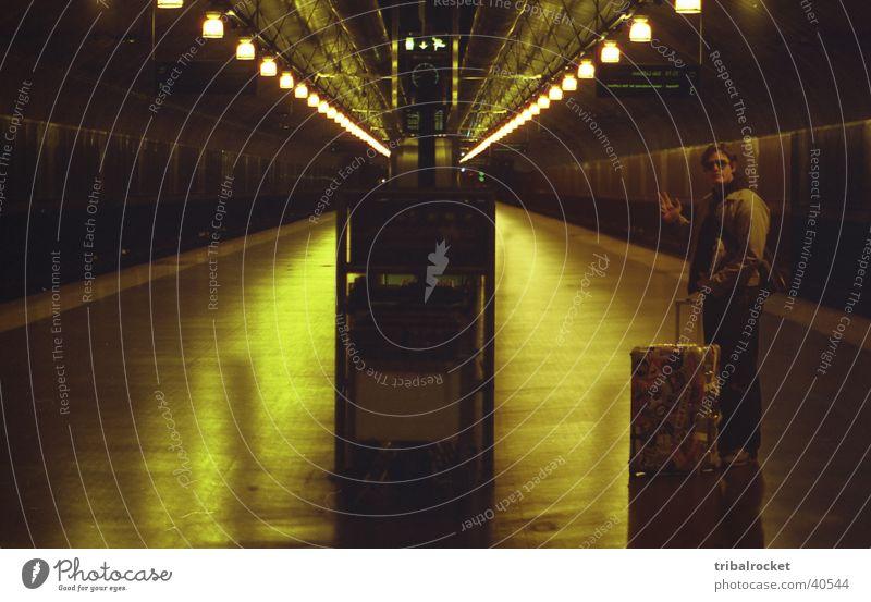 Oslo001 Norwegen U-Bahn Koffer Europa Unterführung Tribalrocket grünliches Licht