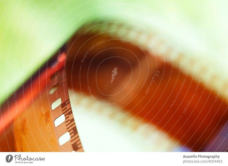35-mm-Negativfilmstreifen in Unschärfe. 120 2020 35mm abstrakt analog Hintergrund schwarz auf weiß verschwommen Bokeh Fotokamera Chemikalie Farbe farbenfroh