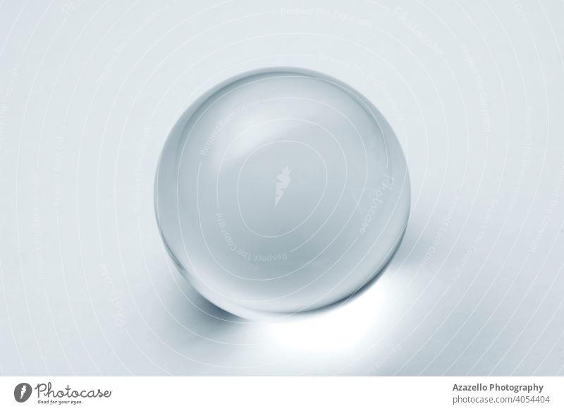 Glaskugel mit Reflexion in silberblauem Ton. 3d abstrakt Kunst Kunstwerk Hintergrund Ball schwarz hell Schaumblase Business kreisen Hellseherin Sauberkeit