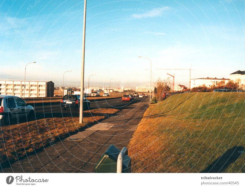 Reykjavik004 Reykjavík Island Stadt Haus Sonne Skandinavien Europa Blauer Himmel nordisches Licht Gegenlicht Straße PKW braune Wiesen