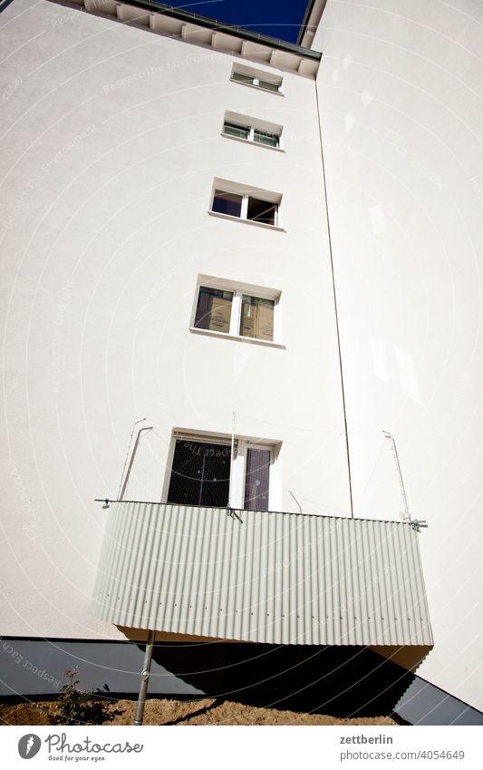 Innerstädtisches Wohnen mit einem Balkon pro Haus altbau außen brandmauer fassade fenster haus himmel himmelblau hinterhaus hinterhof innenhof innenstadt