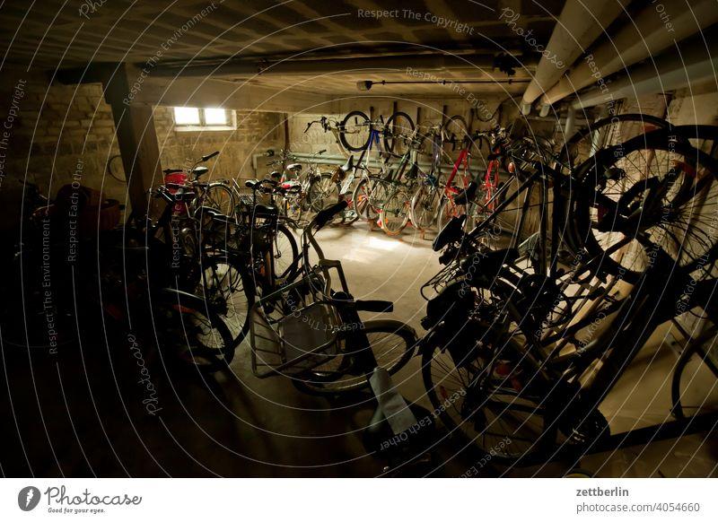 Fahrradkeller fahrrad fahrradkeller unterstellen stellplatz parkplatz parken abstellen abstellanlage ordnung reihe wohnen wohngebiet mehrfamilienhaus verkehr
