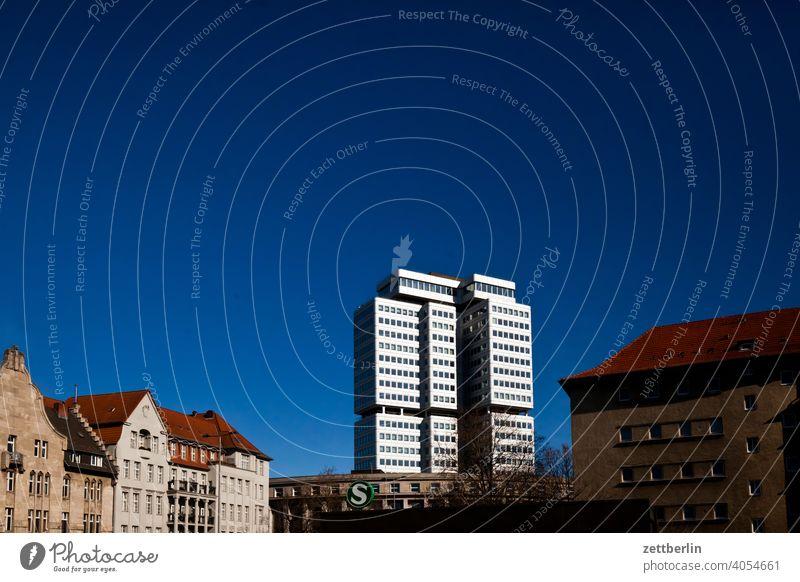 Silbernes Hochhaus unter blauem Himmel (Silberturm am Hohenzollerndamm) berlin stadt hauptstadt hochhaus neubau neibaublock wohnen wohngebiet innenstadt