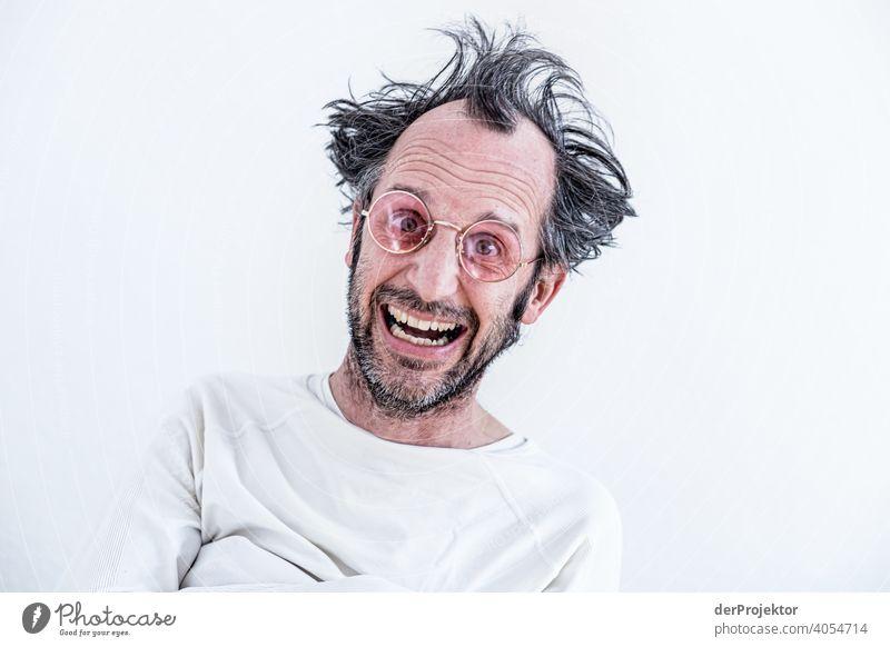 Unrasierter und unfrisierter Mann mit rosa Brille mittleren Alters in Zwangsjacke (nach drei Monaten Homeschooling) II zwangsjacke zwangsweise Eltern