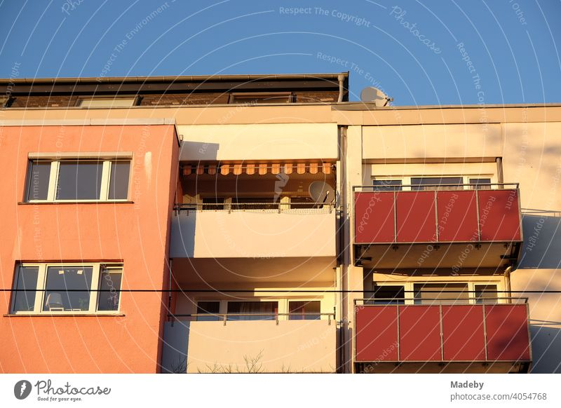 Modernes Wohnhaus in Pastellfarben mit Balkons im Licht der Abendsonne im Sommer in der Hanauer Landstraße im Ostend von Frankfurt am Main in Hessen Apartment