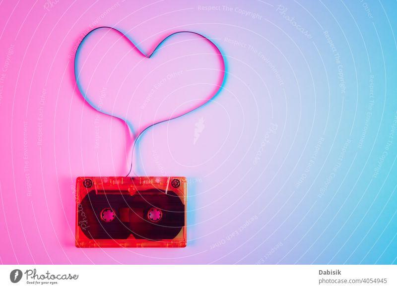 Retro-Kassette auf buntem Hintergrund mit Magnetband in Form von Herz. Liebe Musik Konzept Klebeband Aufzeichnen alt stereo altehrwürdig retro Audio Klang