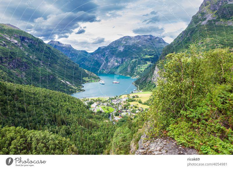 Blick auf Geiranger und den Geirangerfjord in Norwegen. Fjord Ort Hafen Boot Schiff Gebäude Architektur Kreuzfahrtschiff Berg Felsen Baum Møre og Romsdal Urlaub