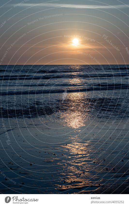 Gelber Sonnenuntergang über dem Horizont am Wattenmeer mit blauem Wasser Meer Küste Abend Ferien & Urlaub & Reisen Wellen Himmel Strand Sommer Sommerurlaub