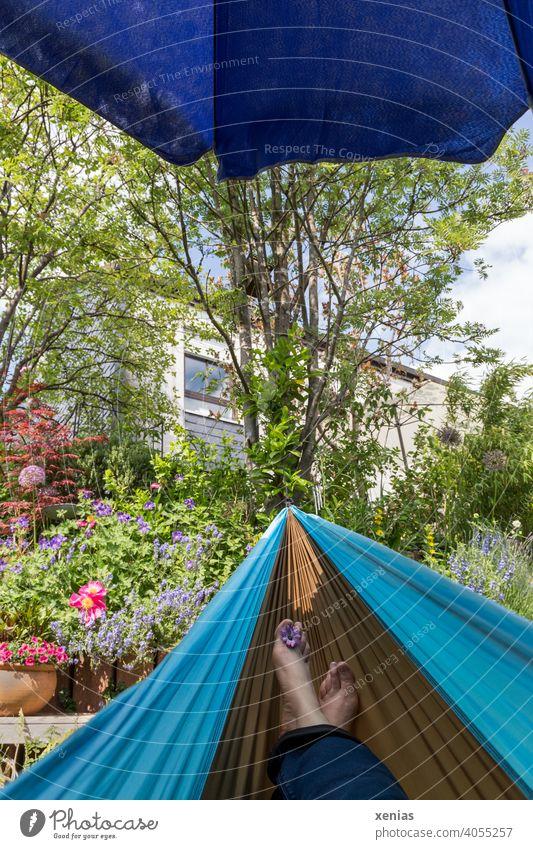corona thoughts / auch dieses Jahr wieder Urlaub Zuhause im Garten in der Hängematte mit blauem Sonnenschirm Füße Erholung Beine Ferien & Urlaub & Reisen