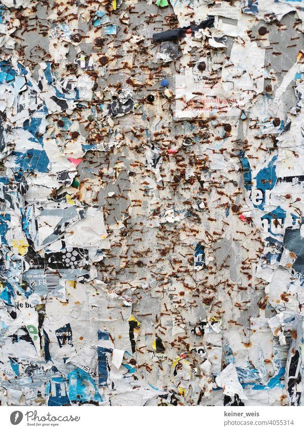 Eine Plakatwand ohne Plakate als Illustration für abgesagte Veranstaltungen in einem Lockdown leer Klammer Tacker rostig Rost keine Plakte Absage Corona