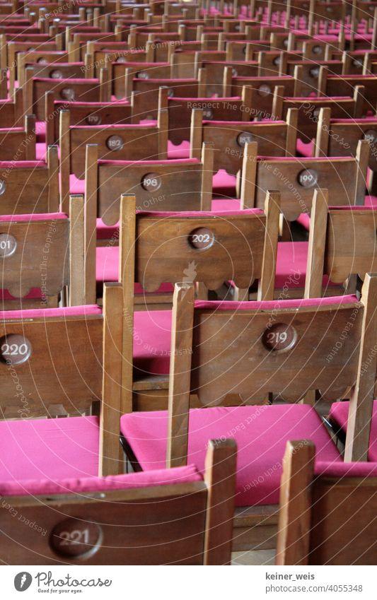 Leere Stühle mit Sitzplatznummern als Sinnbild für nicht ausgefallene Veranstaltungen. Keine Theater, keine Kultur, kein Leben. Nummern Reihen Saal Konzert leer