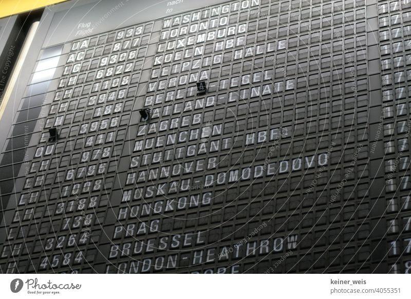 Anzeigetafel im Flughafen mit Flügen in die ganze Welt - ein Klassiker Technik Flugplan Flugnummer Washington Toronto Luxemburg Moskau Hongkong Berlin Prag