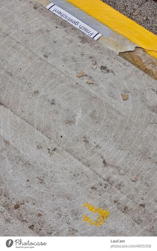 """Graue Steintreppe mit frisch gestrichener Stufenkante und Warnung """"Frisch gestrichen"""" Treppe gelb grau stufen Farbe Außenaufnahme Stufenordnung Detailaufnahme"""