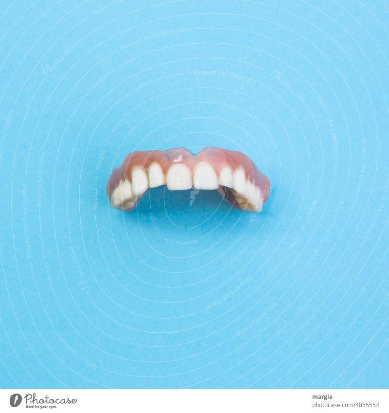 Zahnersatz, Gebiss auf blauen Hintergrund Zahnmedizin Zähne Zahnarzt Gesundheitswesen Nahaufnahme Mund Pflege dental Behandlung Alternative kieferorthopädisch