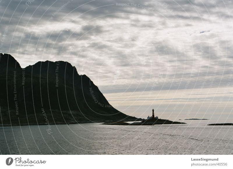 Leuchtum in Nordnorwegen Wasser Meer Wolken Berge u. Gebirge Wasserfahrzeug Küste Wetter groß Macht Insel außergewöhnlich Leuchtturm Nordsee Norwegen gigantisch gewaltig